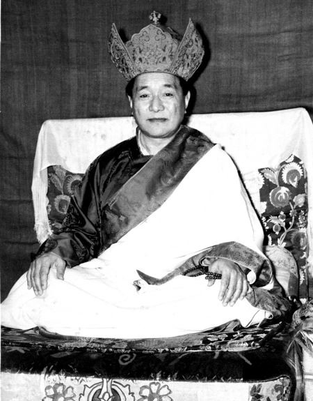 dudjum-rinpoche-sitting-black-and-white